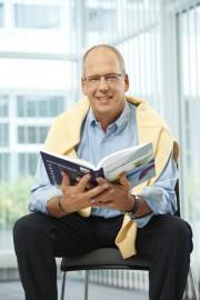 Bruno Jenny beim Lesen eines Fachbuches