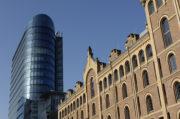 Moderner Bau neben einem historischem Gebäude