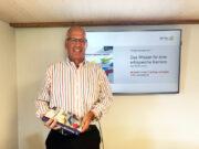 Bruno Jenny mit Buch Projektmanagement Das Wissen für eine erfolgreiche Karriere
